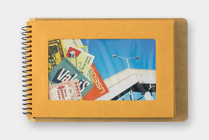 ポストカードや写真、チケットなどを収納すれば、窓から中身が見えるのでアルバムのように見返せます。